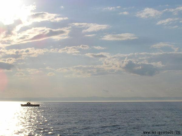 Байкал, рыбак и облака